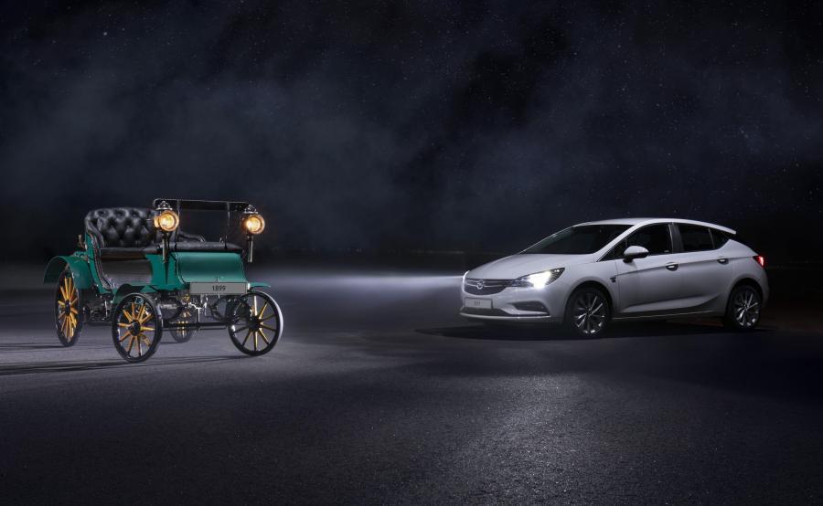 Patentmotorwagen System Lutzmann z 1899 roku - drogę oświetlały świeczki. Współczesna Astra wyposażona w reflektory IntelliLux LED