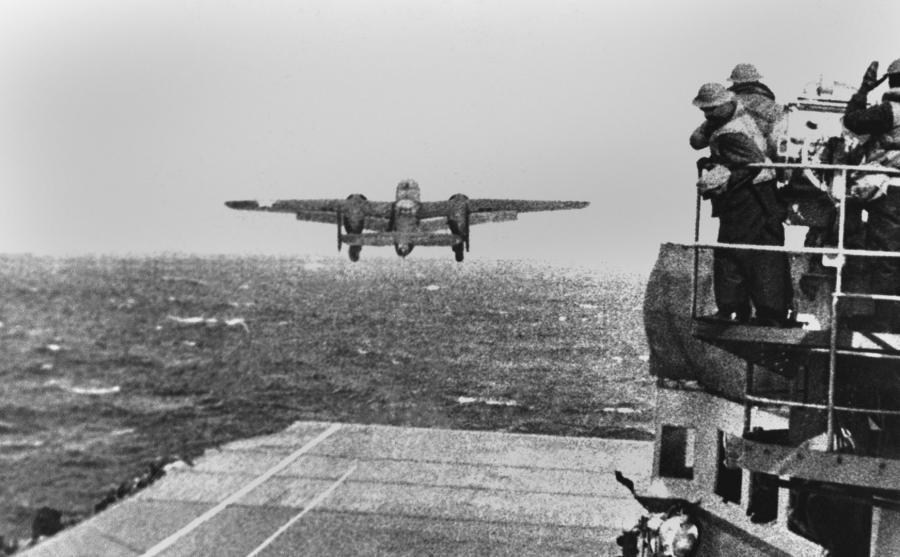 Bombowiec startuje z pokładu USS Hornet