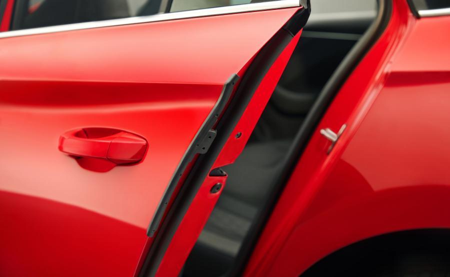 Mechanicznie wysuwana listwa ochronna zabezpieczająca krawędź drzwi przyda się na ciasnych miejskich parkingach. Patent prosty, ale niezwykle praktyczny w codziennym użytkowaniu - chyba nawet bardziej niż słynne już parasolki ukryte także w drzwiach. W końcu do auta wsiadamy i z niego wysiadamy częściej niż pada deszcz.
