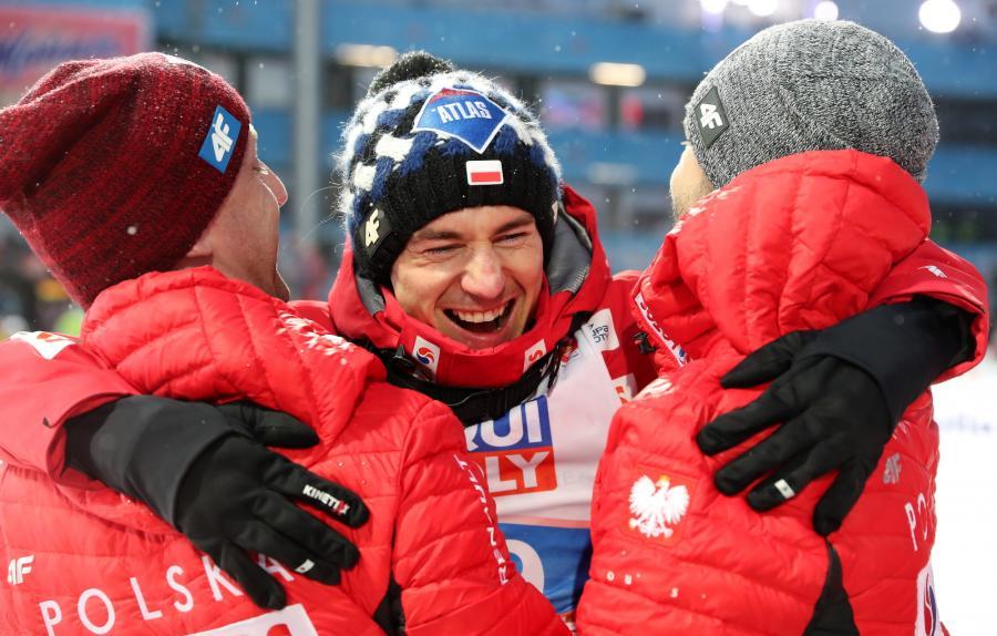 Radość Kamila Stocha (C) z zespołem podczas konkursu indywidualnego w skokach narciarskich na mistrzostwach świata w narciarstwie klasycznym