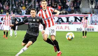 Piłkarz Cracovii Michał Helik (P) i Tomasz Nawotka (L) z Zagłębia Sosnowiec