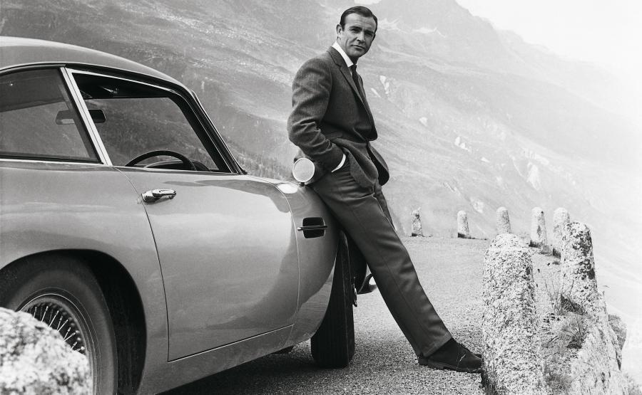 Sean Connery i Aston Martin DB5 w filmie \