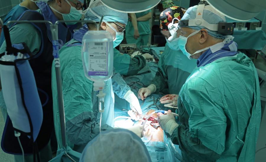 Operację korekcji skoliozy idiopatycznej u dziecka bez usztywnienia kręgosłupa wykonali dr Paweł Grabala, dr Tomasz Guszczyn, w asyście światowej sławy chirurgów kręgosłupa z USA, prof. Randalpha Betza oraz dr Daryla Antonacciego