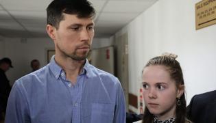 Denis Lisov z córką Sofią na korytarzu w Sądzie Rejonowym w Warszawie