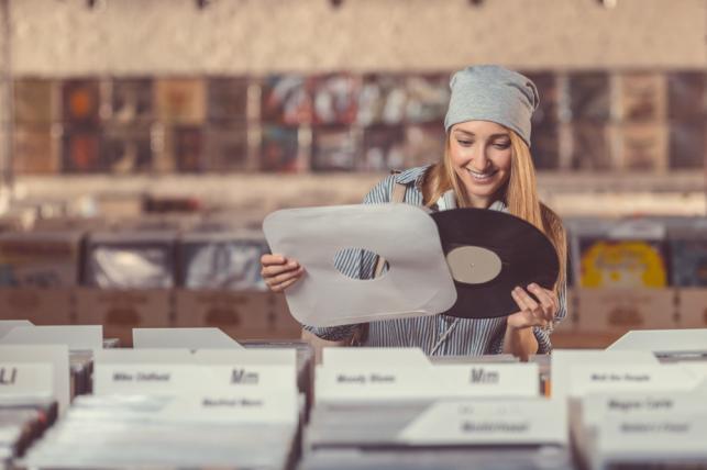 Zakupy w sklepie płytowym to dla Polaków wciąż przyjemność