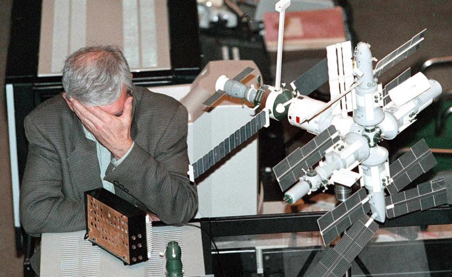 Wiktor Błagow, siedzi zmęczony obok makiety stacji orbitalnej Mir, po tym gdy w 1997 roku niespodziewanie odwołano kolejną próbę przycumowania statku dostawczego Progress do stacji orbitalnej Mir z powodu awarii komputera pokładowego Progressa
