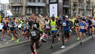 Zawodnicy na trasie Poznań Półmaratonu