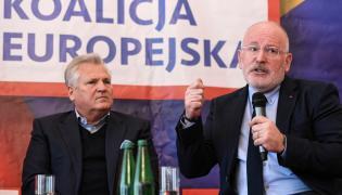 Wiceprzewodniczący Komisji Europejskiej, kandydat PES na szefa KE następnej kadencji Frans Timmermans (P) i były prezydent Aleksander Kwaśniewski (L) podczas debaty o przyszłości Unii Europejskiej i Europie socjalnej, 6 bm. w Warszawie