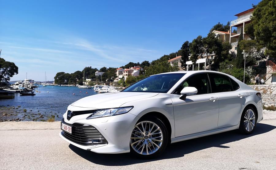 Toyota Camry z napędem hybrydowym na europejski rynek trafia z fabryki w Japonii. W porównaniu do \