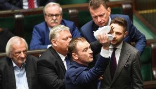 Poseł PO Sławomir Nitras (C) oraz politycy PiS Marek Suski (2L), Patryk Jaki (P), Mariusz Błaszczak (P-tył) i Ryszard Terlecki (L) podczas bloku wieczornych głosowań w Sejmie