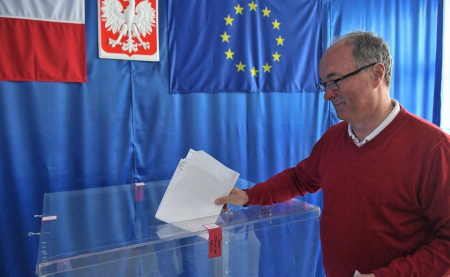Przewodniczący Sojuszu Lewicy Demokratycznej Włodzimierz Czarzasty głosuje w lokalu wyborczym w Warszawie