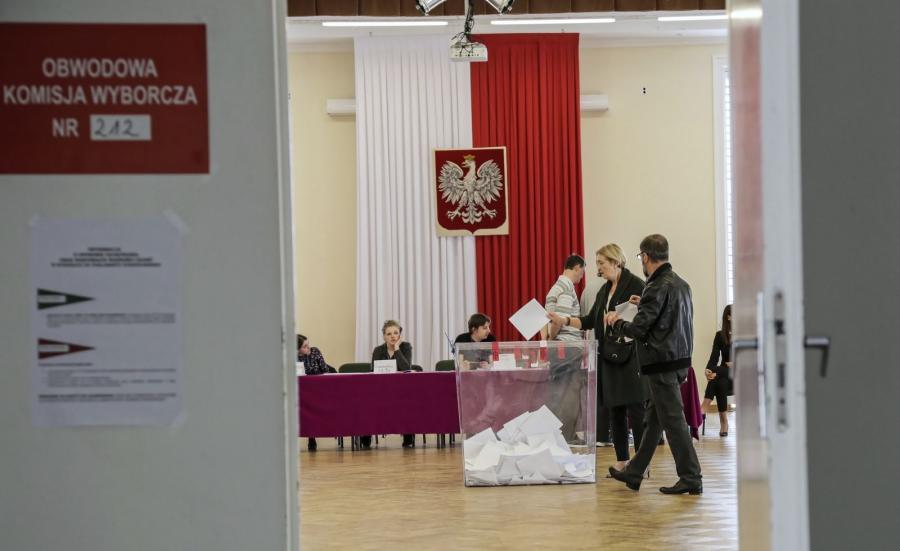 Głosowanie w komisji wyborczej numer 212 w warszawskim XIV Liceum im. Stanisława Stasica,