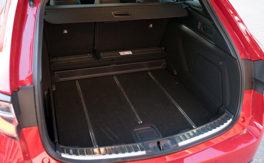 Pojemny i regularnie ukształtowany bagażnik (w wersji 2.0: 581/1606 l) z solidnymi haczykami na torby. Automatycznie sterowana klapa bagażnika jest wyposażona w przycisk do ryglowania zamków (jak w autach premium). Po bokach, pod podłogą, i w progu między bagażnikiem a kanapą przewidziano schowki