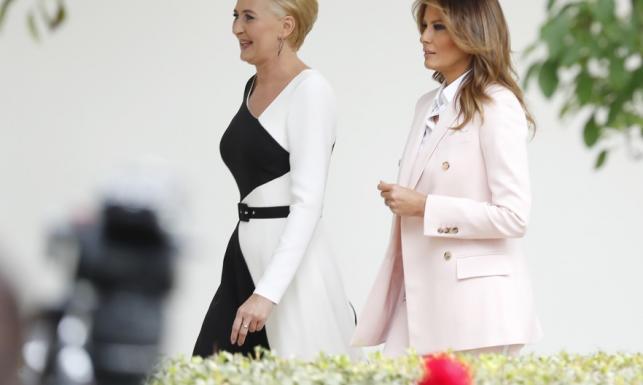 Idealna sylwetka nie wystarczyła. Na powitaniu w USA Agata Duda źle wyczuła klimat i nie zabłysnęła stylizacją. FOTO