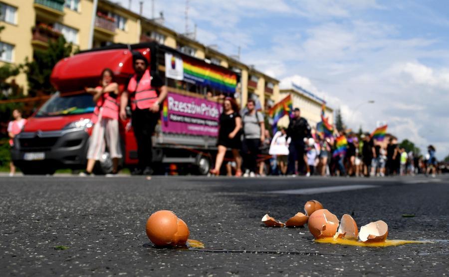 Jajka, rzucane w uczestników marszu