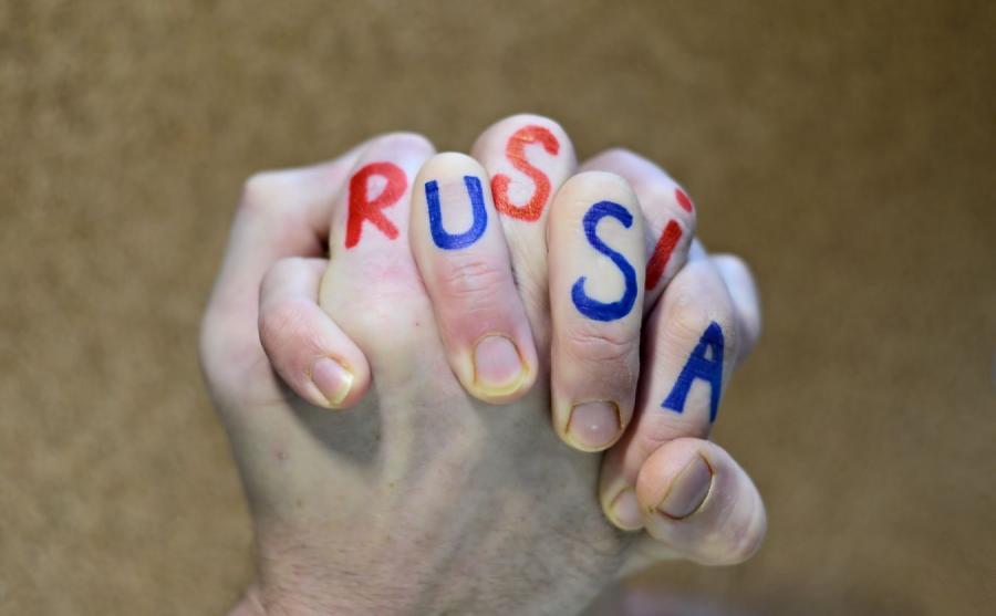 Dłonie z napisem Rosja i USA