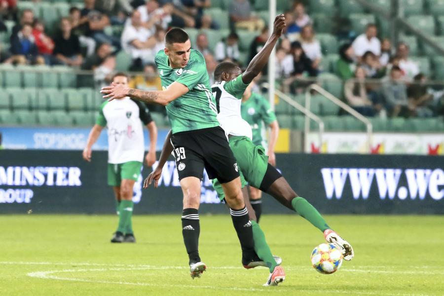 Piłkarz Legii Warszawa Sandro Kulenović (L) i Mustapha Yahaya (P) z Europa F.C.