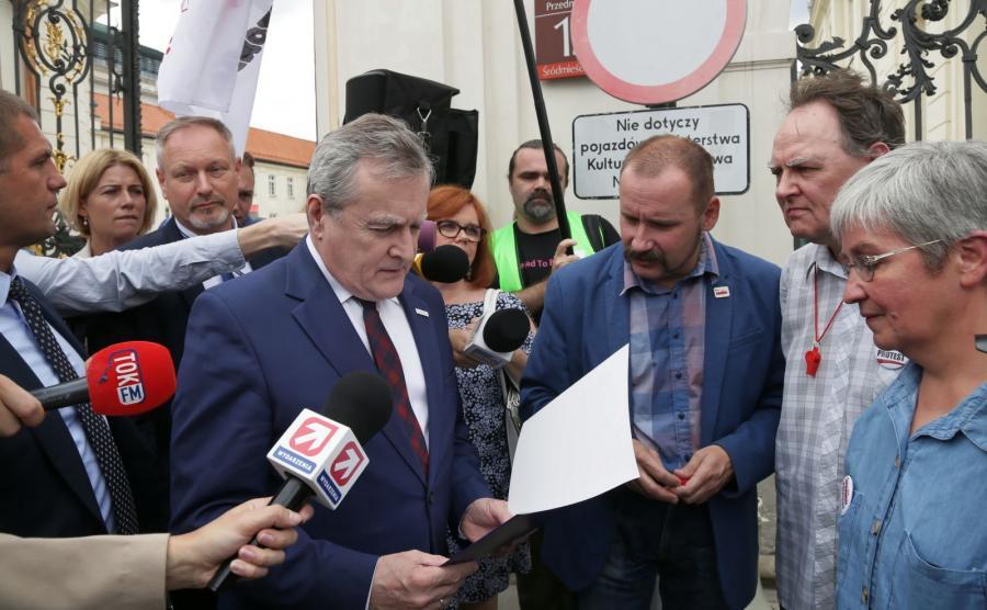 Wicepremier, minister kultury i dziedzictwa narodowego prof. Piotr Gliński (C-L) wyszedł do protestujących związkowców Pracowników Muzeów NSZZ \