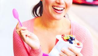 Kobieta je deser z owocami