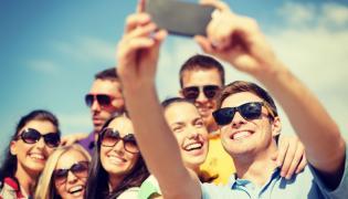 Młodzi ludzie robią sobie zdjęcie