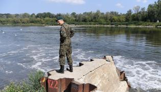 Rekonesans wojskowy na brzegu Wisły w pobliżu Mostu Północnego