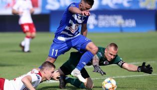 Piłkarz Wisły Płock Grzegorz Kuświk (C) oraz Jan Sobociński (L) i bramkarz Michał Kołba (P) z ŁKS Łódź podczas meczu Ekstraklasy