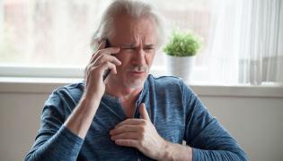 Mężczyzna dzwoni po pomoc, bo źle się czuje