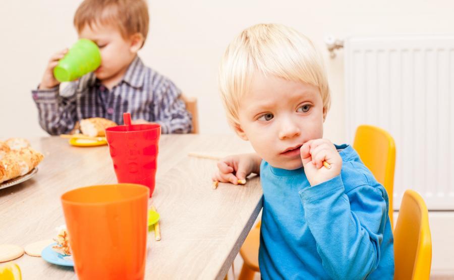 Dzieci jedzą w przedszkolu