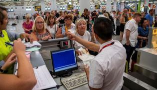 Turyści na lotnisku w Hiszpanii