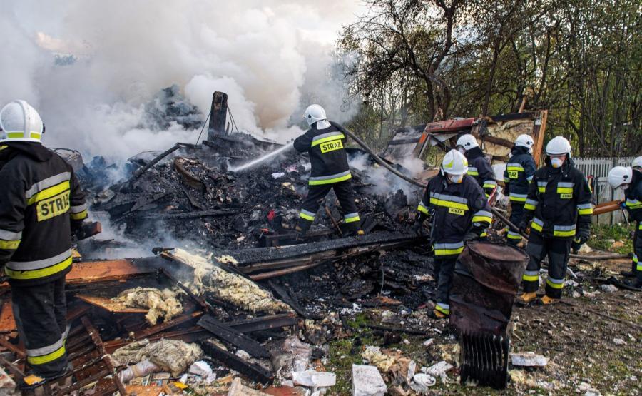 Strażacy na zgliszczach domu