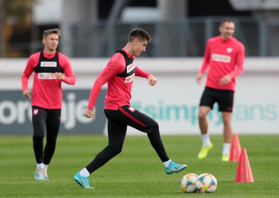 Piłkarz reprezentacji Polski Krzysztof Piątek (C) podczas treningu kadry w Rydze