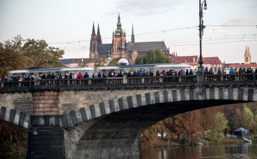 Żałobnicy czekają w kolejce, by złożyć ostatnie wyrazy szacunku zmarłemu czeskiemu piosenkarzowi Karelowi Gottowi