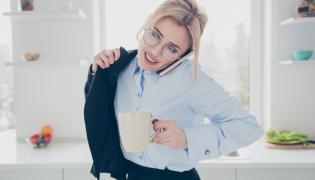 Kobieta wychodzi do pracy