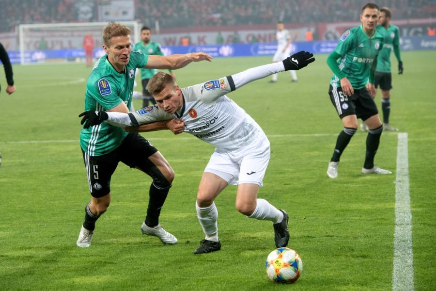 Piłkarz Widzewa Łódź Przemysław Kita (C) oraz Igor Lewczuk (L) i Artur Jędrzejczyk (P) z Legii Warszawa podczas meczu 1/16 finału Pucharu Polski