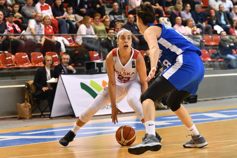 Polka Marissa Kastanek (L) i Chantelle Handy (P) z Wielkiej Brytanii podczas meczu eliminacyjnego mistrzostw Europy koszykarek