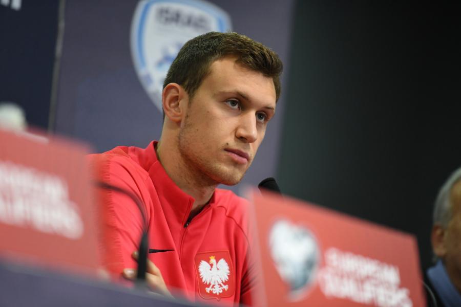 Obrońca piłkarskiej reprezentacji Polski Krystian Bielik podczas konferencji prasowej na stadionie Teddy Kollek w Jerozolimie