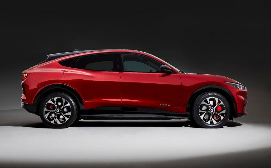 Mustang Mach-E to zaprojektowany zupełnie od podstaw, całkowicie elektryczny model Forda. Symbolizuje początek nowej ery elektryfikacji gamy; jest jednym z 14 zelektryfikowanych pojazdów, które koncern zamierza wprowadzić na rynek europejski do roku 2020
