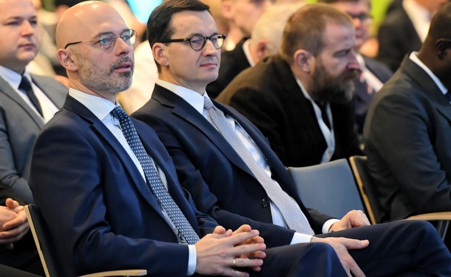 Mateusz Morawiecki i minister klimatu Michał Kurtyka podczas Global e-Mobility Forum