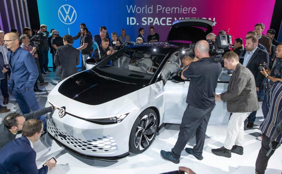 Otwory w zderzaku oraz w masce Volkswagena ID. SPACE VIZZION zaprojektowano jako funkcjonalne elementy konstrukcji studyjnego modelu i są jednocześnie oryginalnymi elementami stylistyki tego auta