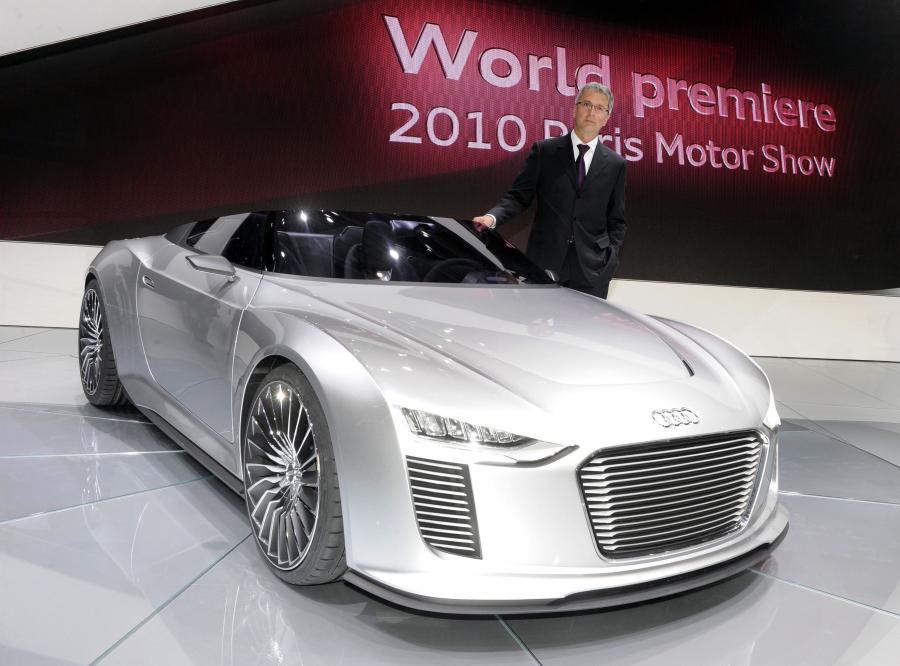 Rupert Stadler, szef Audi, prezentuje model ekologiczny - elektryczne Audi e-tron Spyder