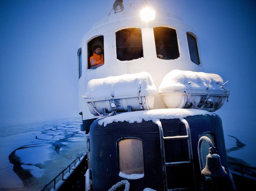Dwa rosyjskie lodołamacze ruszyły z pomocą kilkuset rybakom uwięzionym przez lód na Morzu Ochockim