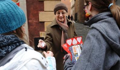 Wolontariuszki Wielkiej Orkiestry Świątecznej Pomocy zbierają pieniądze w Warszawie