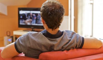 Mężczyzna oglądający telewizję - zdjęcie ilustracyjne