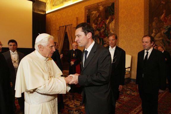 Benedykt XVI wita się z Krzysztofem Ziemcem
