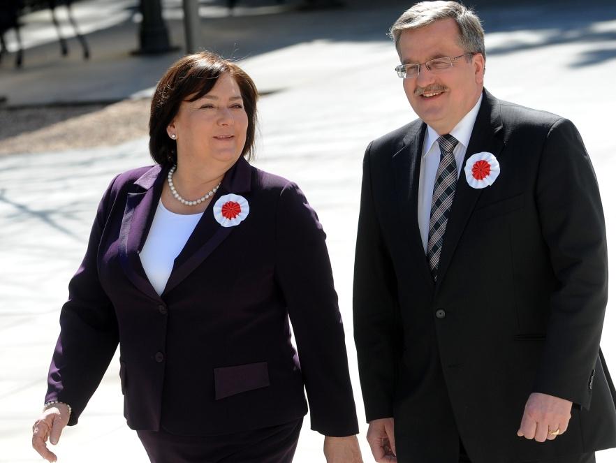 Anna i Bronisław Komorowscy w drodze na spotkanie z mediami
