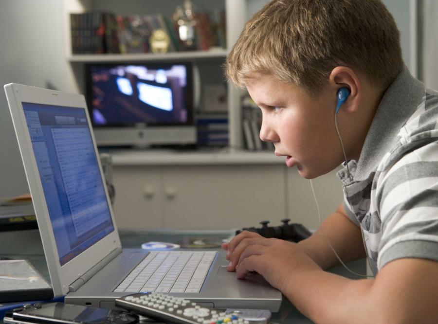 Nastolatek grający na komputerze