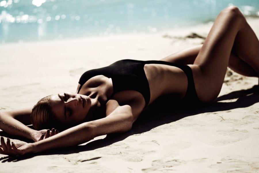 Seksowna kobieta na plaży