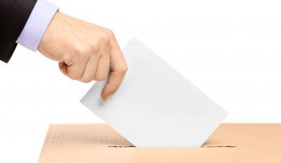 Wrzucanie kartki do urny wyborczej