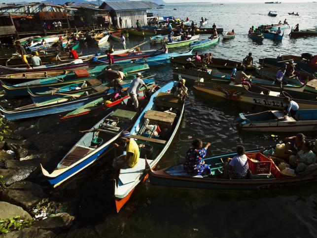 Rybacy Bajau przybywają na targ w Sempornie na Borneo