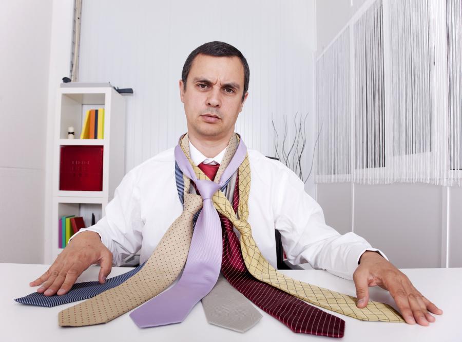 """Jeśli krawat w twoim życiu jest gadżetem jedynie okazjonalnym, to wraz z koniecznością założenia go na szyję pojawia się problem """"co wybrać?"""". Nie łódź się, tak będzie zawsze"""